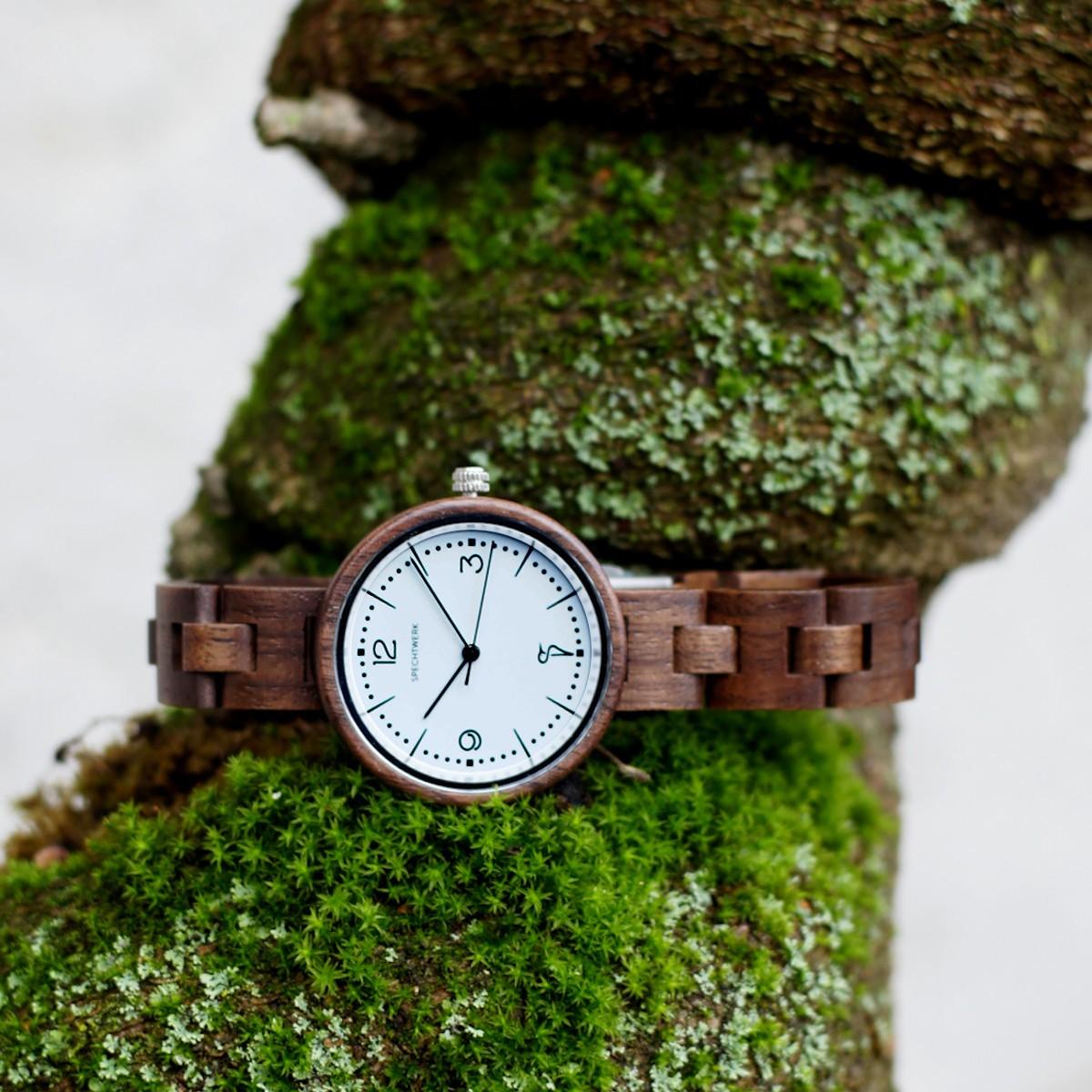 Holz Armbanduhr Modell Hildegard aus Walnussholz von SPECHTWERK