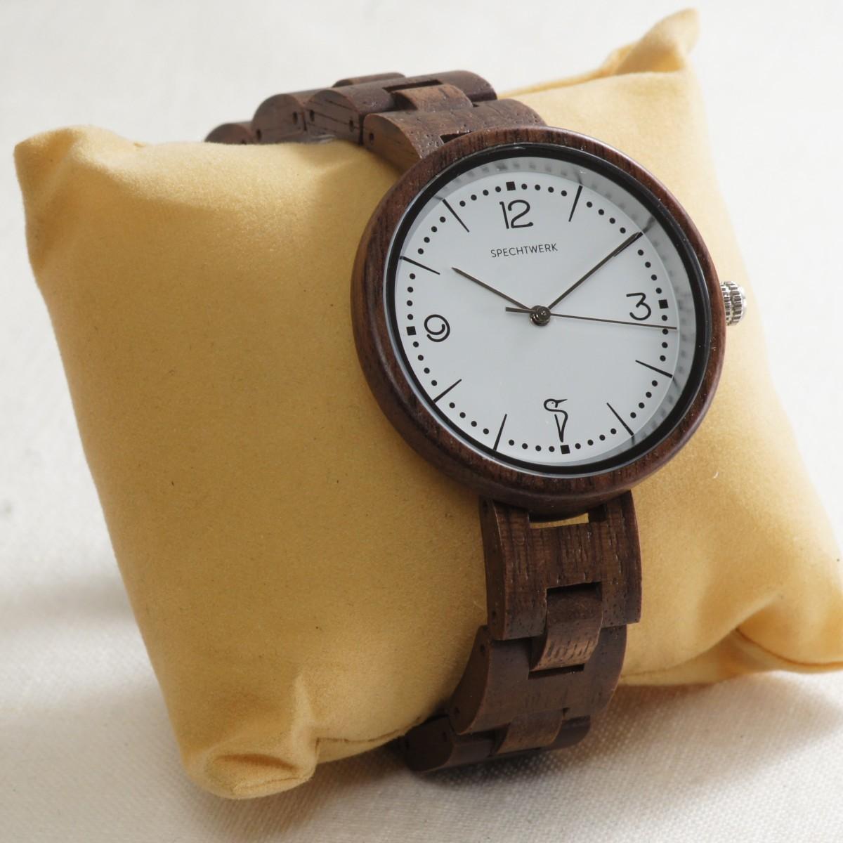 Holz Armbanduhr Modell Hildegard aus Walnussholz mit Kissen von SPECHTWERK