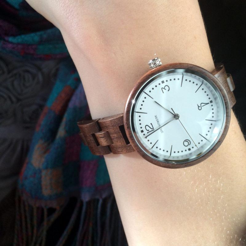 Holz Armbanduhr Hildegard von SPECHTWERK getragen am Arm