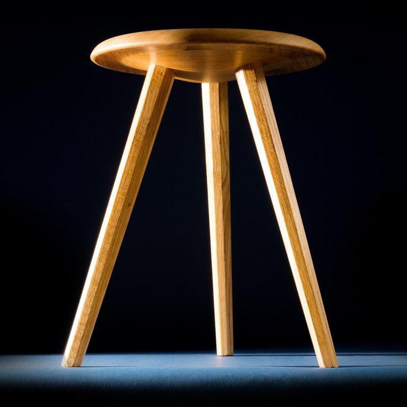 Hocker aus Eiche Massivholz mit drei klassischen achteckigen Beinen