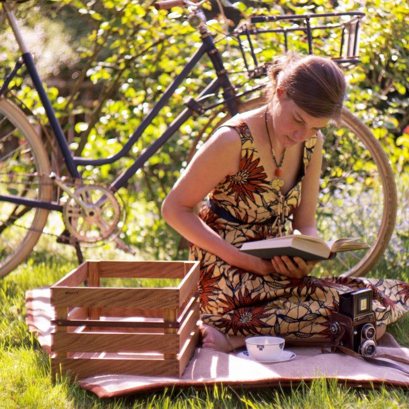 Kosima Fahrradkiste aus Holz beim Picknick mit Fahrrad