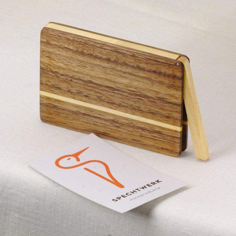 Visitenkartenetui Modell »Akemi« aus Nussbaum und Ahorn Holz, personalisierbar. Handgefertigt in Deutschland. Abgerundete Form für Kartengroesse 55x85mm und 55x90mm.
