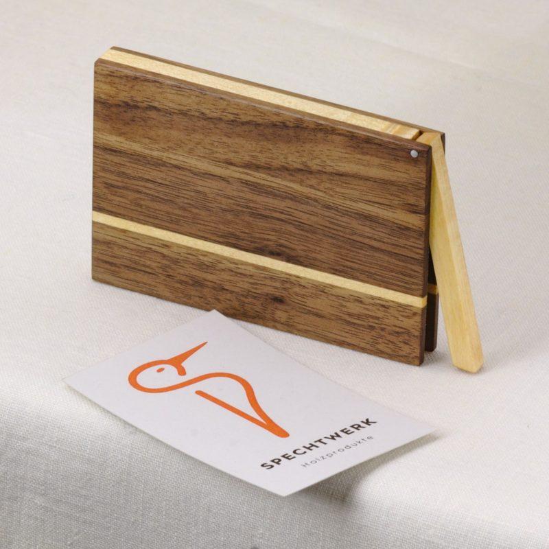 Visitenkartenetui Modell »Akemi« aus Nussbaum und Ahorn Holz, personalisierbar. Handgefertigt in Deutschland. Kantige Form für Kartengroesse 55x85mm und 55x90mm.