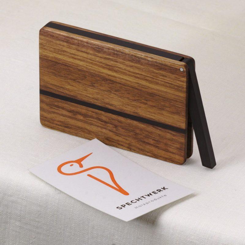 Visitenkartenetui Modell »Leyla« aus Nussbaum Holz mit Namensgravur. Handgefertigt in Deutschland. Abgerundete Form für Kartengroessen 55x85mm und 55x90mm.