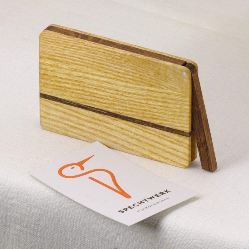 Visitenkartenetui Modell »Sophie« aus Eiche und Eschen Holz. 100% einheimische Holzarzen. Handgefertigt in Deutschland. Abgerundete Form für Kartengroesse 55x85mm und 55x90m.