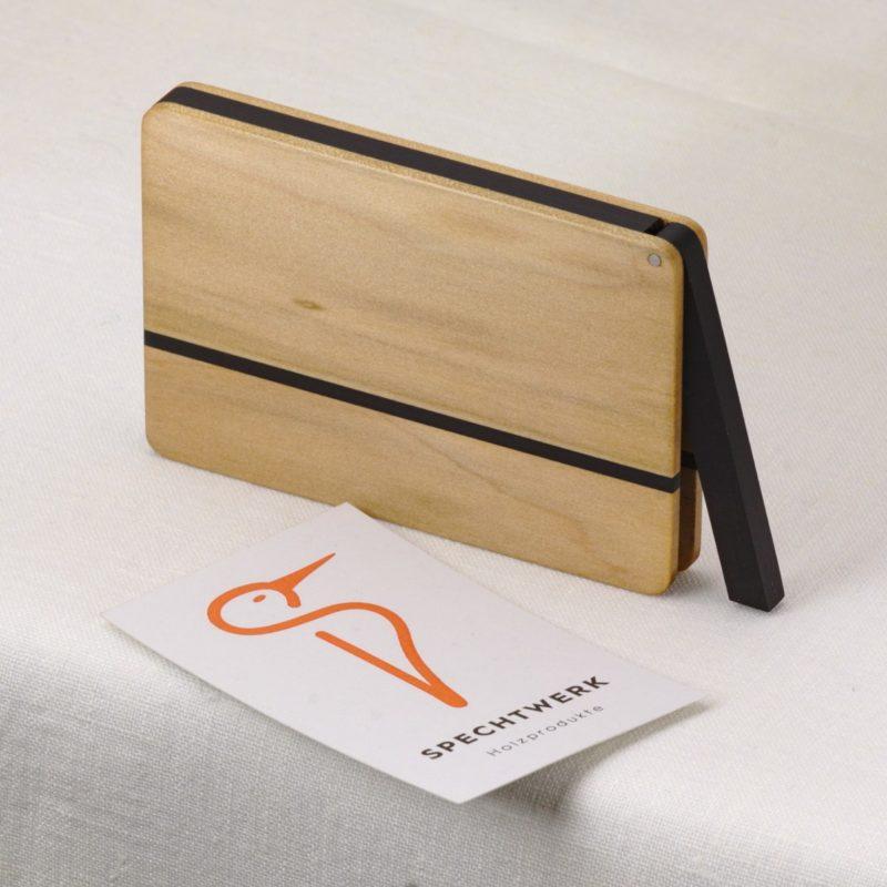 Visitenkartenetui Modell »Vita« aus Nussbaum Satin Holz. Handgefertigt in Deutschland. Abgerundete Form für Kartengroesse 55x85mm und 55x90mm mit Namensgravur