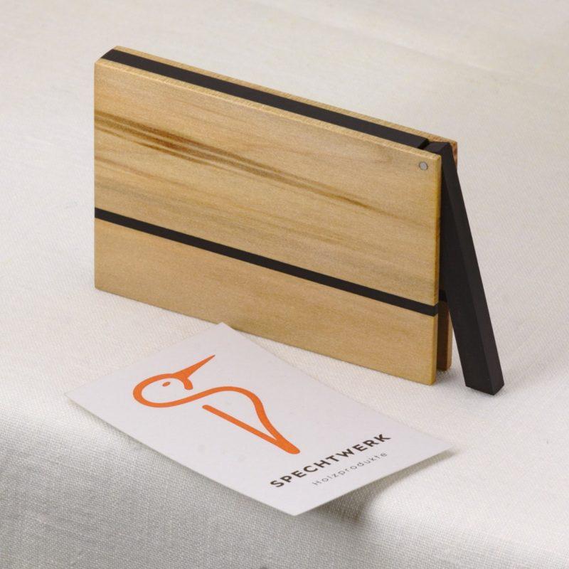 Visitenkartenetui Modell »Vita« aus Nussbaum Satin Holz. Handgefertigt in Deutschland. Kantige Form für Kartengroesse 55x85mm und 55x90mm mit Namensgravur
