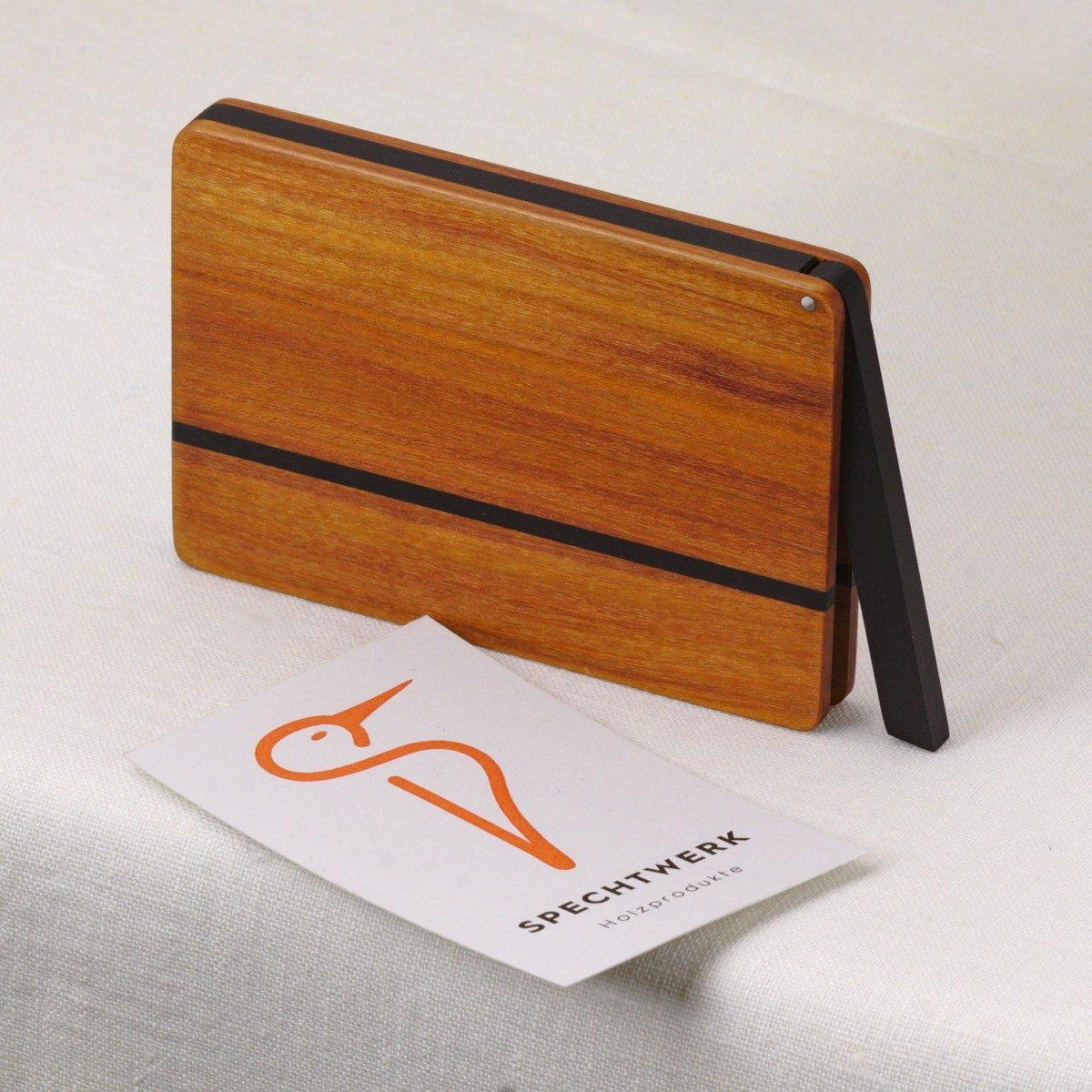 Visitenkartenetui Modell »Zahira« aus sehr abwechslungsreichen Zwetschgen Holz. Handgefertigt in Deutschland. Abgerundete Form für Kartengroesse 55x85mm und 55x90mm.