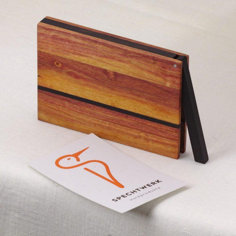 Visitenkartenetui Modell »Zahira« aus sehr abwechslungsreichen Zwetschgen Holz. Handgefertigt in Deutschland. Kantige Form für Kartengroesse 55x85mm und 55x90mm.