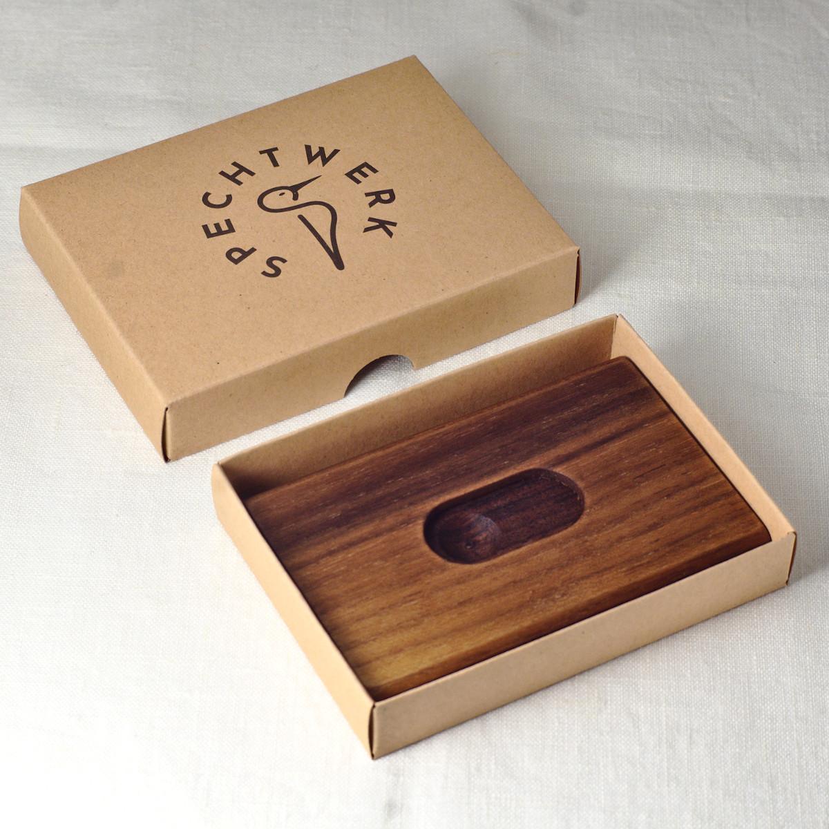 Visitenkartenetui Raphael aus Nussbaum von SPECHTWERK im Geschenkkarton