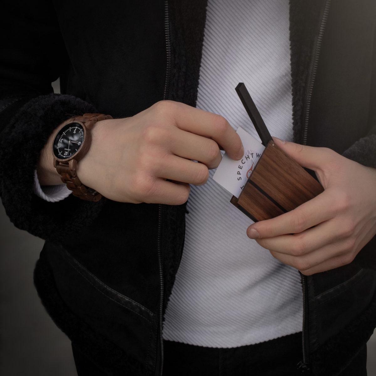 Visitenkartenetui und Armbanduhr aus Holz von Spechtwerk