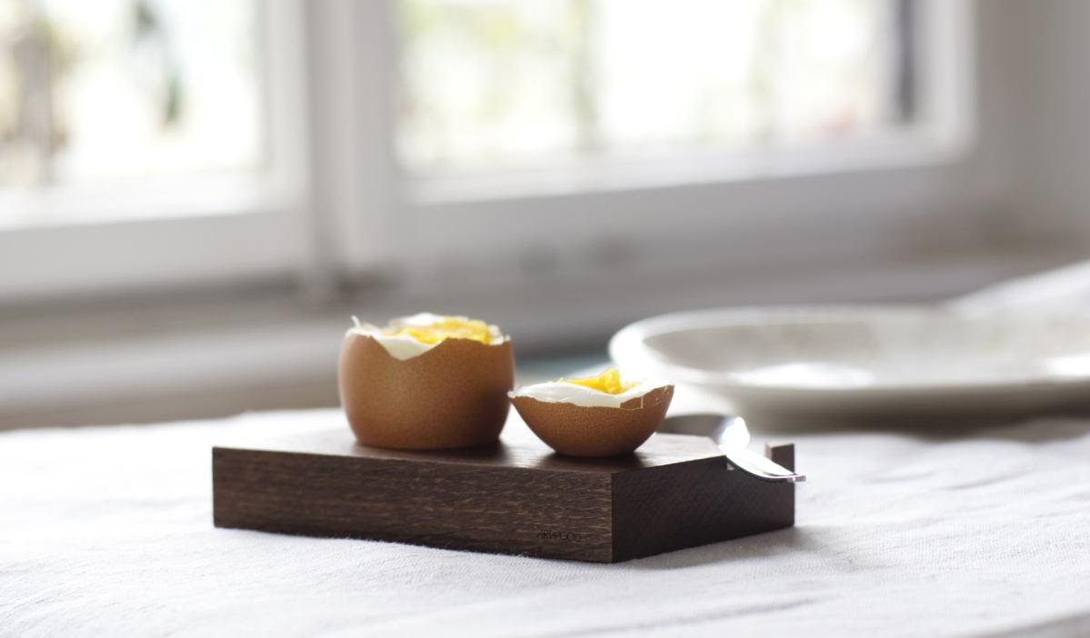 Eierbecher aus dunklem Holz mit Loeffel