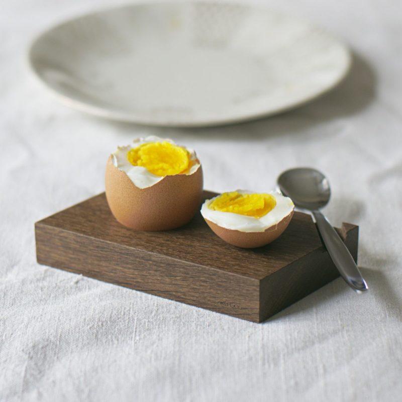 Eierbecher aus geräucherter Eiche mit Löffel und Ablage für die Eierkuppe.