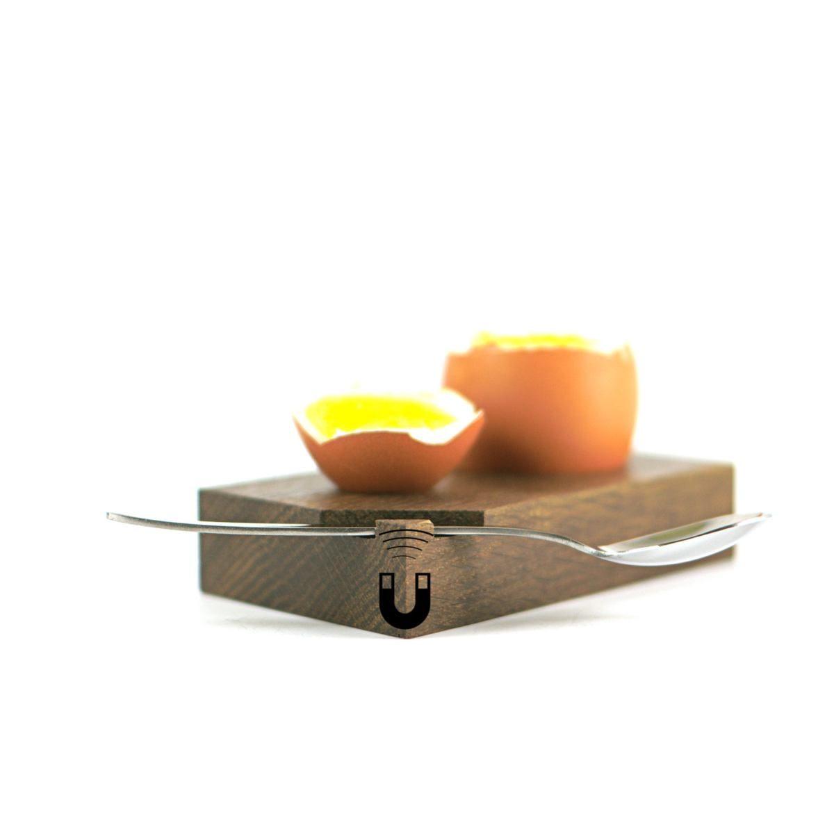 Eierbecher aus Holz mit Löffel und Magnethalterung.