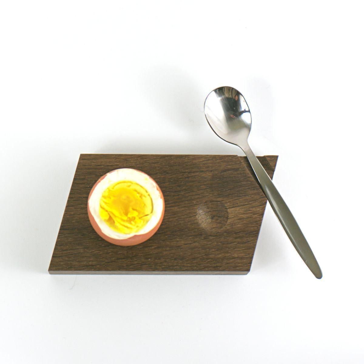 Eierbecher aus geräucherter Eiche mit Mulde für die Eierkuppe.