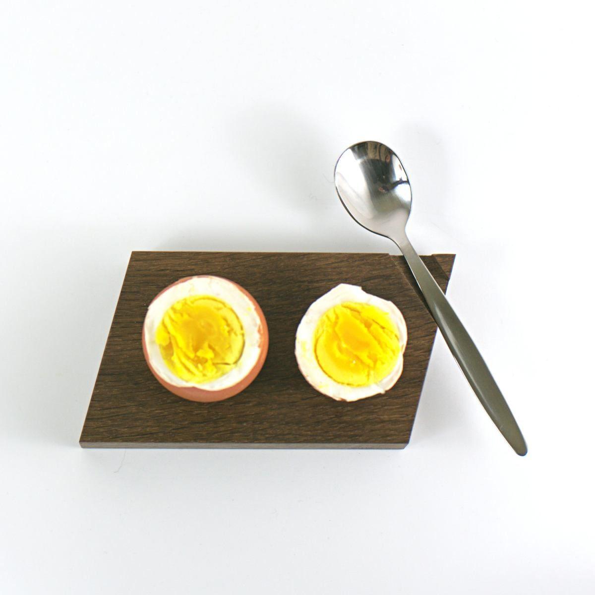 Eierbecher aus geräucherter Eiche mit Eierkuppen Ablage.