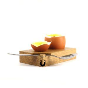 Eierbecher aus hellem Holz. Mit Magnethalterung für den Löffel.
