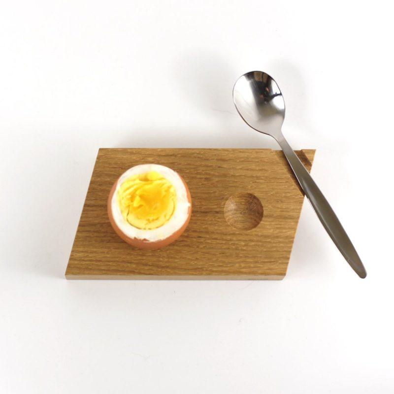 Eierbecher aus hellem Eichenholz. Mit Mulde für die Eierkuppe.