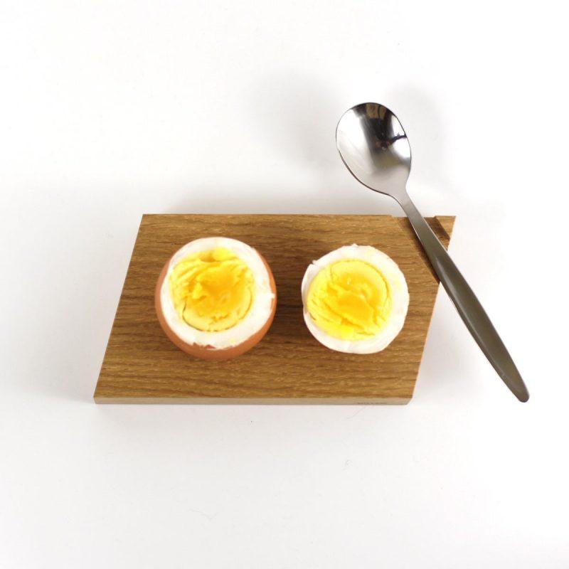 Eierbecher aus hellem Eichenholz. Moderne Form.