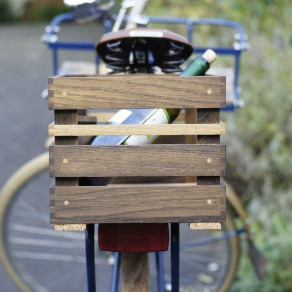 Fahrradkorb »Karl« aus Eichenholz auf hinterem Gepäckträger.