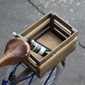 Design Fahrradkorb »Karl« aus dunklem Eichenholz auf Gepäckträger hinten. Zum dämpfen ist ein Korkboden eingelegt.