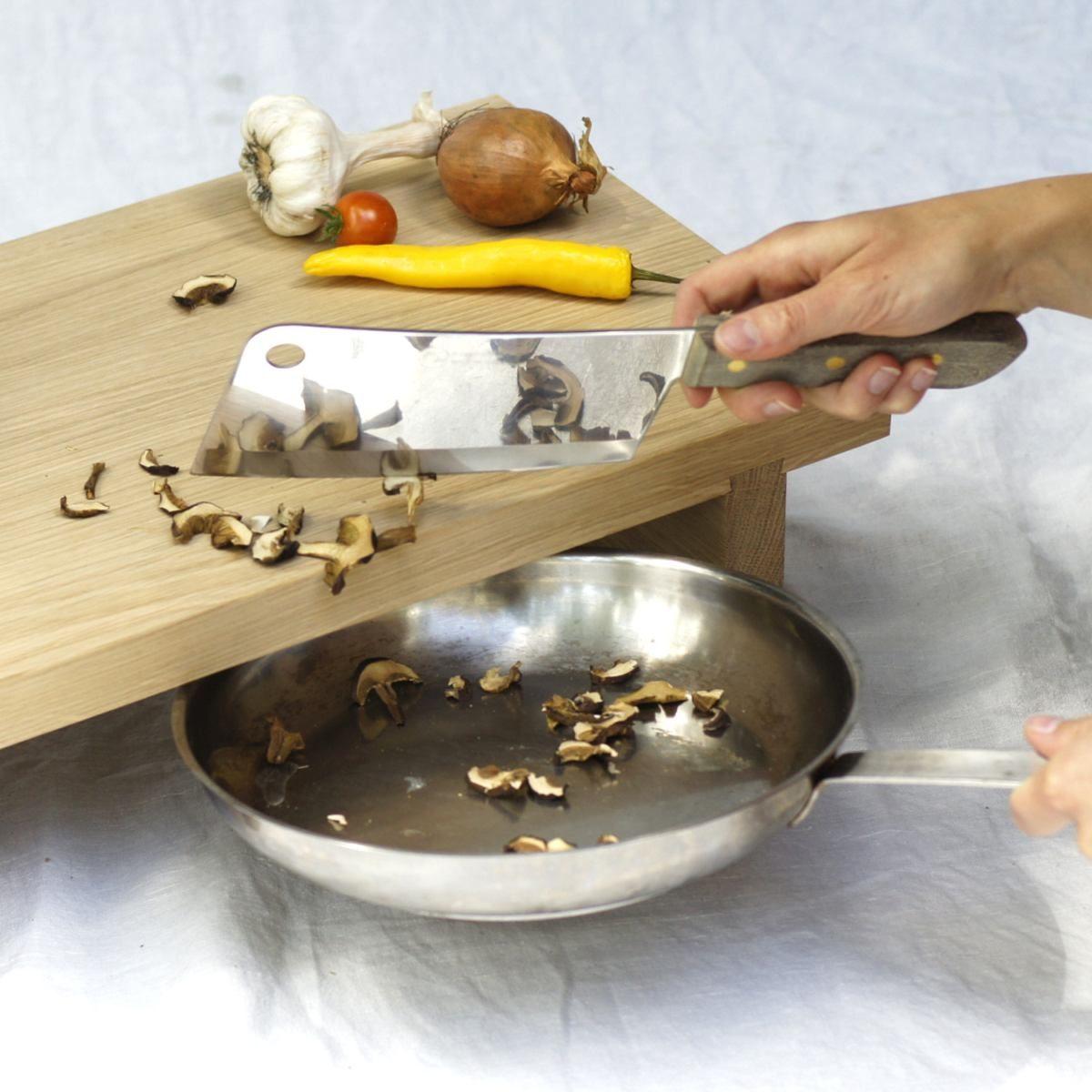 Holz Schneidebrett »Clara« aus Eiche. Leichte Zubereitung, einfaches unterstellen von Pfannen und Töpfen möglich.