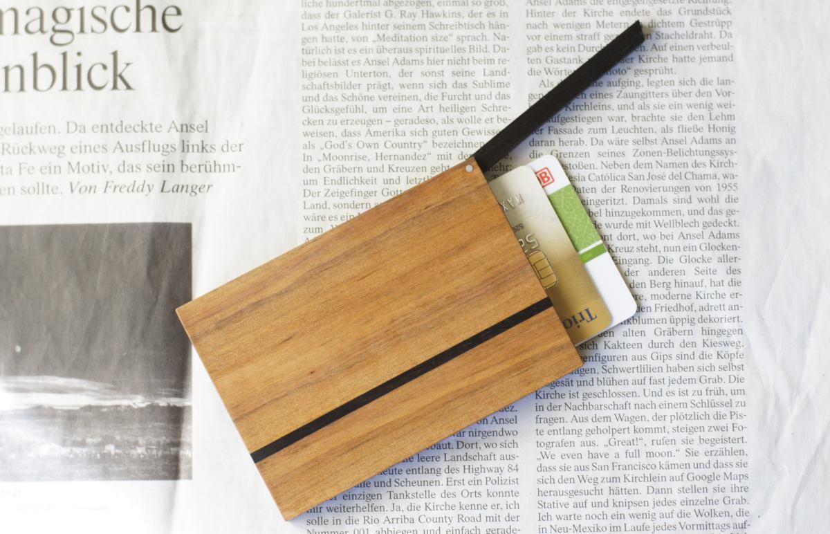 Kreditkartenetui aus Holz. Modell »Helene« aus Birnbaumholz.
