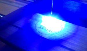 Laser Gravur mit 2W auf Visitenkartenbox aus Holz