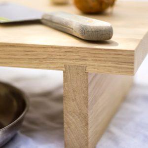 Holz Schneidebrett »Clara« aus Eiche steht auf einer stabilen Gratverbindung.