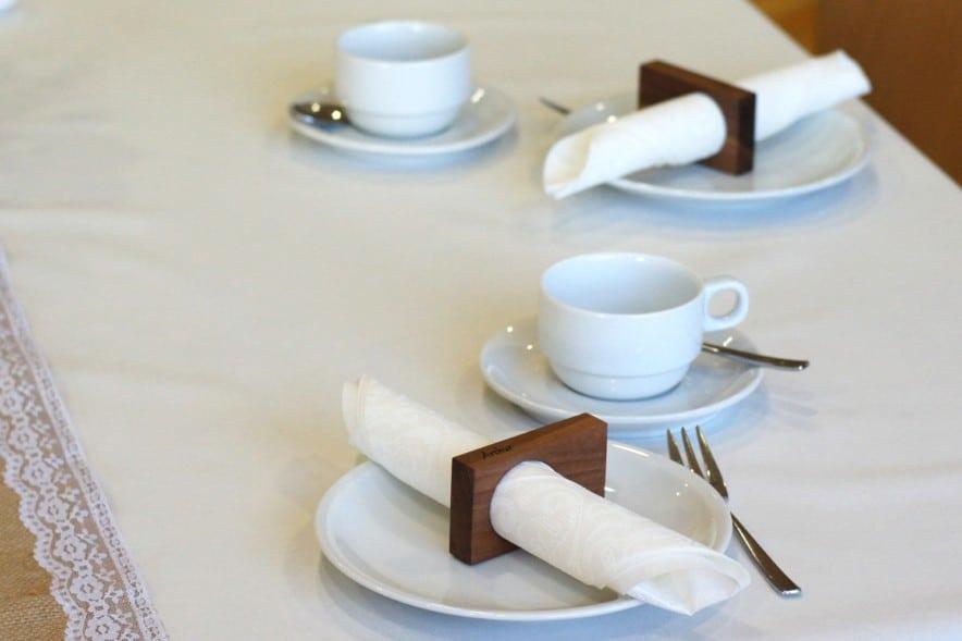 serviettenhalter-frieda-auf-dem-tisch-geschaeftsessen