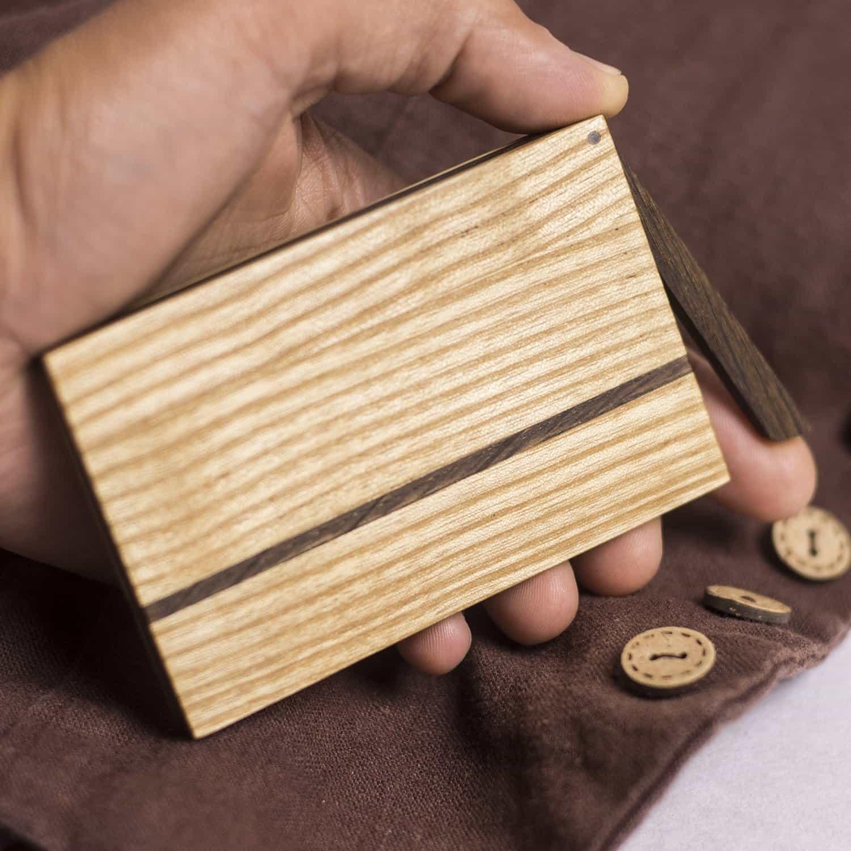 visitenkarten etui holz deutschland sophie in der hand. Black Bedroom Furniture Sets. Home Design Ideas
