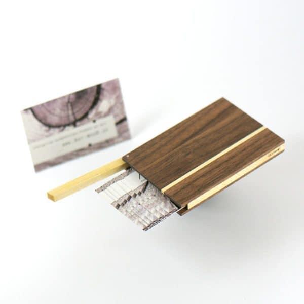 Visitenkartenetui und Kreditkartenetui aus Nussbaumholz mit Akzenten aus Ahornholz. Modell »Akemi«