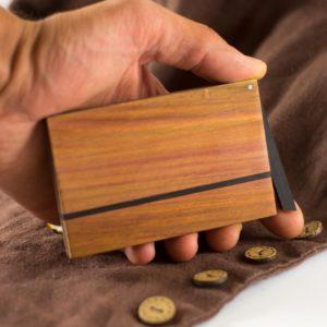 Das Visitenkartenetui »Zahira« aus Zwetschgenholz lässt sich leicht einhändig öffnen